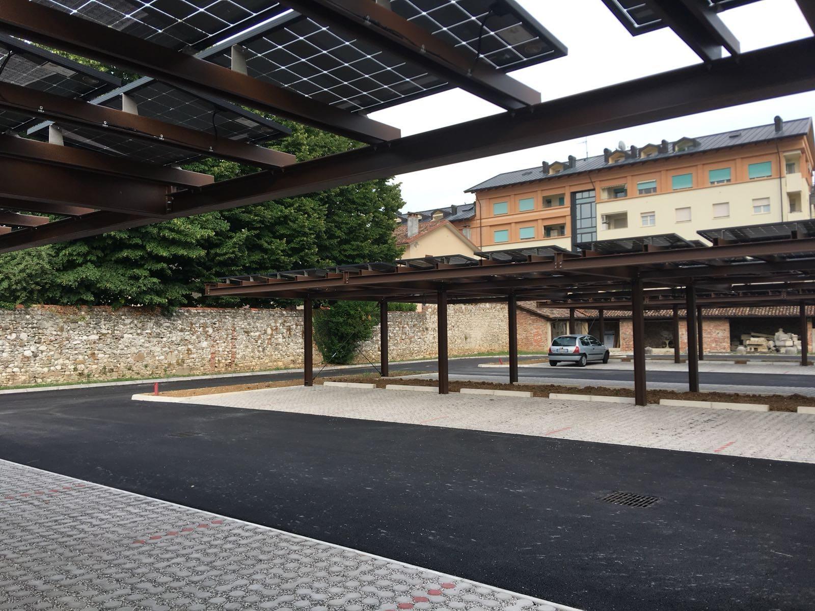 Pensiline per auto con fotovoltaico
